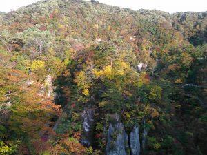 鳴子狭 岩と紅葉